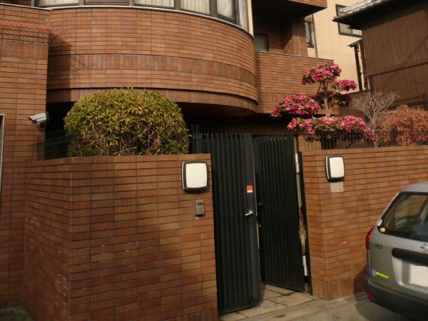 閉鎖的から開放的へ「かわいさ」を取り入れたクローズ外構 – 大阪府大阪市 N様邸の施工前