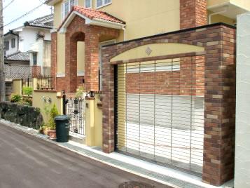 ロートアイアンやレンガ、吹付で上品なヨーロピアン – 大阪府堺市 M様邸