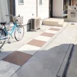 建物正面ガレージはタイル2色使いでシンプルに。