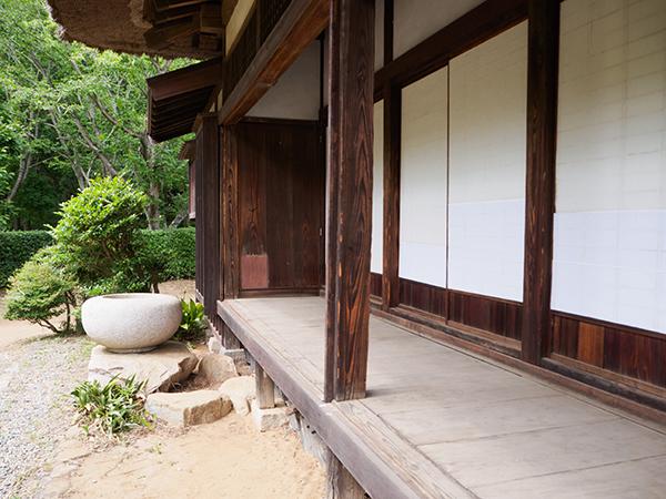 日本家屋は、軒(のき)や庇(ひさし)が暑さを和らげていた
