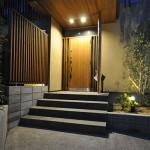 玄関横にはシンボルツリーと照明器具を:夜