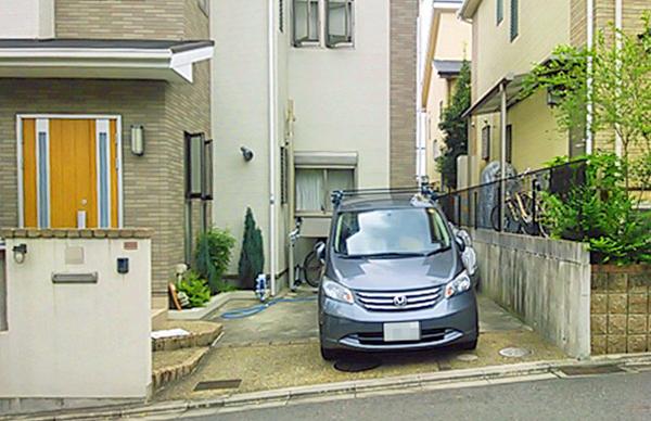 駐車場から玄関へと屋根でつながる便利なアプローチ – 大阪府高槻市 M様邸の施工前
