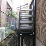 階段は可動式なのでデッキ下を収納スペースとして使えます