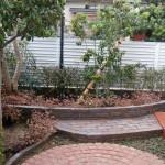 花壇の手入れがしやすい様、作業スペースを作りました