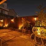 施工後:フェンスに取り付けたウォールライトと花壇内のポールライトがお庭を照らします