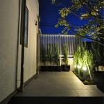 施工後:植栽スペースはポールライトで明るく