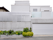 白い家のシンプルガーデンリフォーム – 大阪府豊中市 O様邸の詳細はこちら