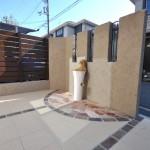 施工後:土間はタイルとレンガ・乱形石でデザイン