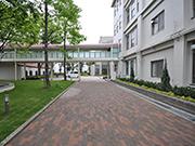 【植栽工事:校内アプローチ】伝統を感じさせる格式高い外観・明るく安全な構内へ – 兵庫県尼崎市 百合学院中・高等学校の詳細はこちら