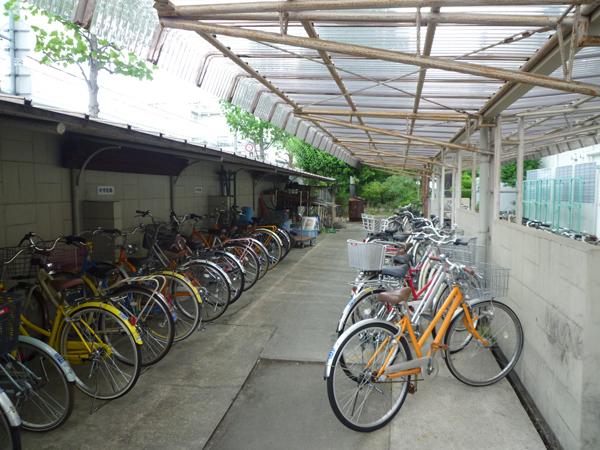 施工前:雨が吹き込み、薄暗い旧駐輪場