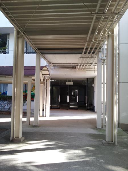 施工前:老朽化していた、機能的な印象が強い渡り廊下