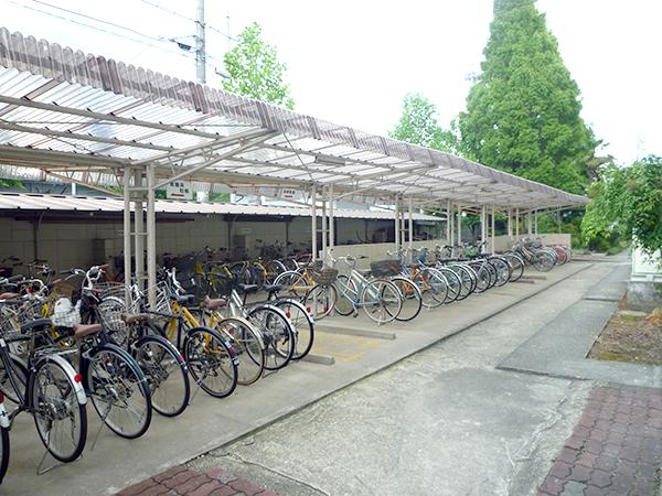施工前:バス・徒歩の生徒の動線と交わる場所にあり危なかった駐輪場