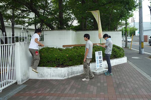 施工前:西入口横は使用されてない広い植栽帯でした