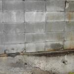痛んでいたブロック塀。基礎も腐食が進んでいました