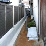 隣地境界はルーバーフェンス。ステップ工法で安全なブロック基礎