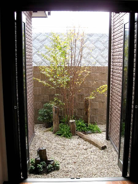 玄関ホールの坪庭