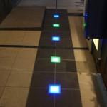暗くなれば、青と緑の埋込灯が玄関まで誘導