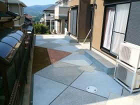 洗い出しとコンクリートでスッキリとしたお庭