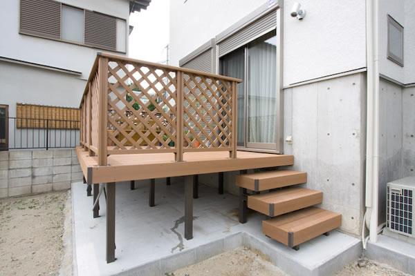開放的な合成木材デッキ