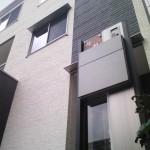 建物とカラーを統一した門柱