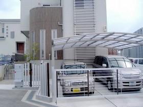 アルミ角柱は建物外壁と同系色