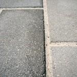 インターロッキング同士の間には、珪砂(細かい砂)を入れます