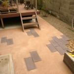 アプローチ同様、木目調のコンクリート平板敷き