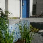 ガラスモザイクの青色は玄関ドアと合わせています