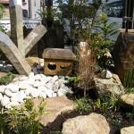 六方石と植物がかもしだす和の雰囲気。