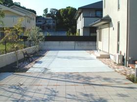 タイル貼りのテラスとコンクリートのフリースペース