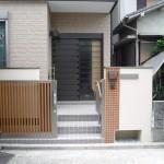引き戸の門扉と門柱下の水道メーター