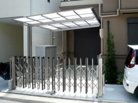 伸縮門扉の柿渋色が建物と調和