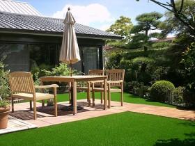 人工芝とウッドパネルで明るい雰囲気