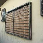 施工前:お風呂場の窓には格子だけで中が丸見えでした