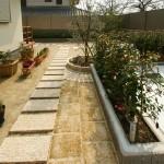 庭へとつづく御影石のアプローチ