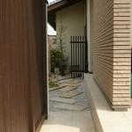 門扉を開けると左側に庭空間が広がっています