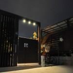 夜:プラスGの門が存在感を表します