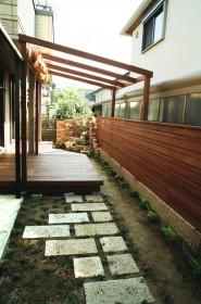 温かみのある木製のウッドデッキとフェンス