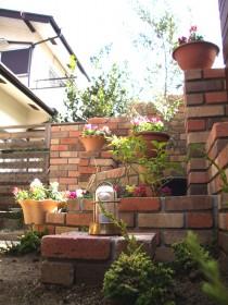 コーナーの花壇とマリンランプ