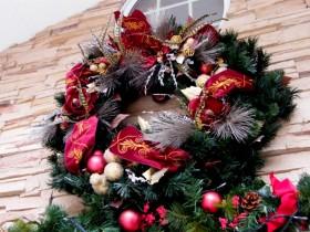 玄関の上の立派なクリスマスリース
