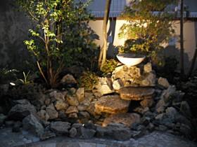 お仕事が終わってからでも楽しめるライトアップしたお庭