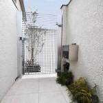 シンプルな門周り (中から)門扉越しにシンボルツリー