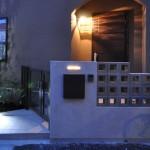 穴あきブロックからこぼれる光が玄関周りを明るくします