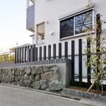 敷地既存の石垣を活かして風格のある雰囲気