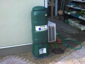 雨水タンクも取り付けられて水遣りに利用されています