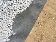 防草シートと砕石敷き