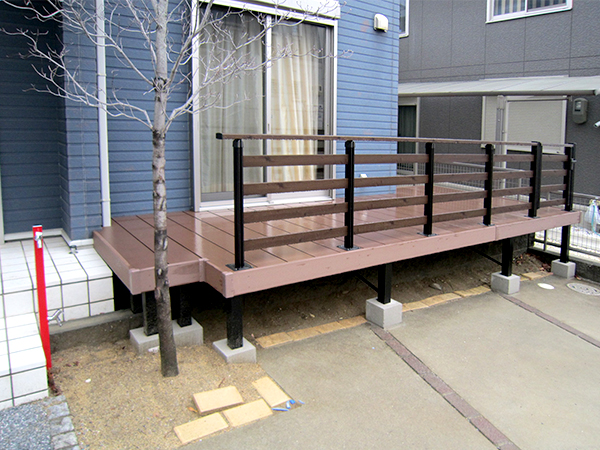 木目調のフェンスがおしゃれなウッドデッキ – 大阪府羽曳野市 K様邸