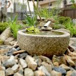 水鉢にアルミ材で筧を表現