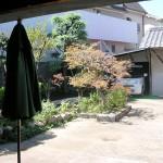 施工前:車の出入りがし易いように花壇と植木の撤去しました。