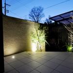夜の照明が庭の雰囲気を変えます